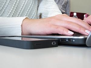 iPhoneより少し厚いくらいの薄型ボディ